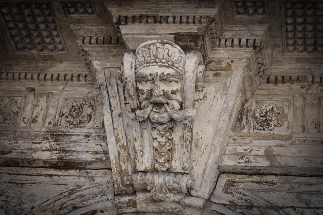 Detail van een gebouw aan het Piazza Pretoria